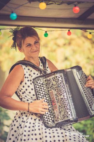 Portrait de Peggy avec son accordéon
